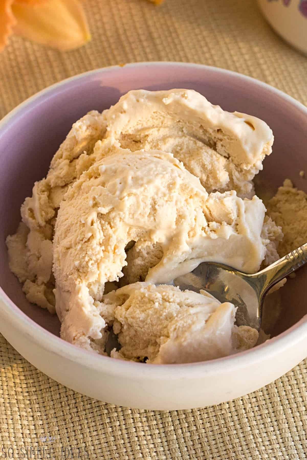 keto peach ice cream no eggs in bowl with spoon